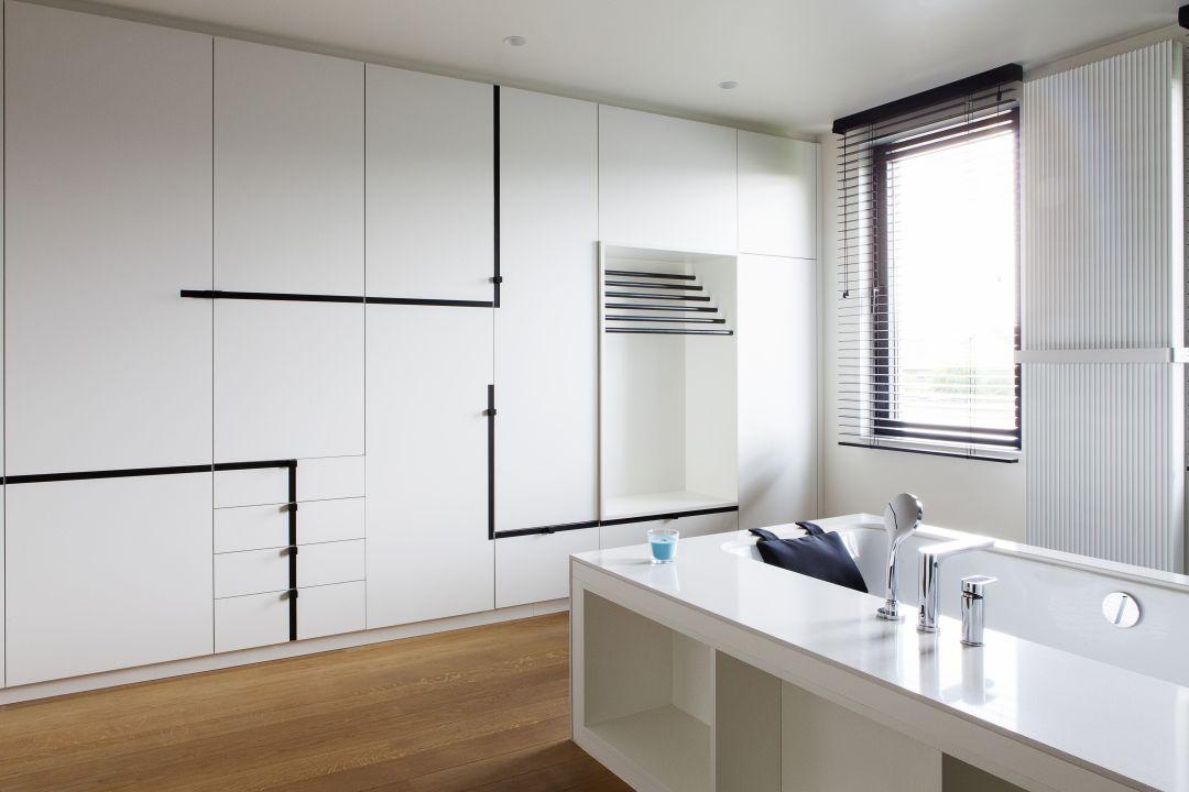 Badkamer met speelse strakke lijnen