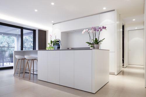 Moderne witte keuken met Dekton werkblad