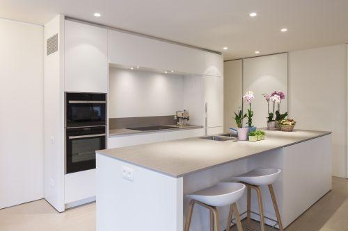 Design witte keuken met Dekton werkblad