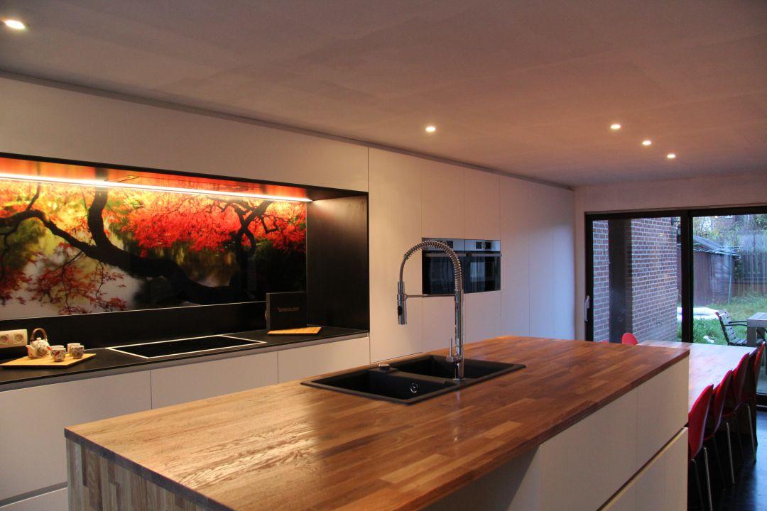 Keuken met kookeiland en foto op glasplaat