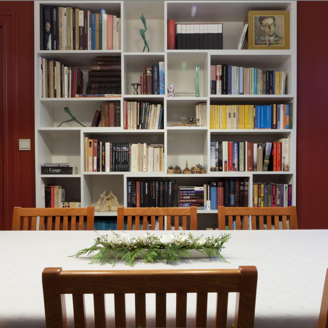Speelse boekenkast met strakke lijnen