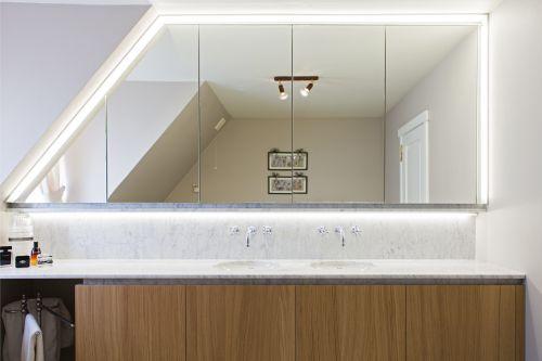Badkamer meubel met indirecte verlichting