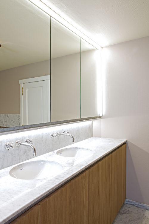 Klassiek badkamer meubel met marmer in De Haan