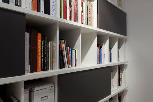 Boekenkast met strakke lijnen