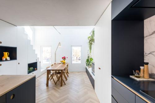 donkerblauwe keuken met opbergkasten uit laminaat
