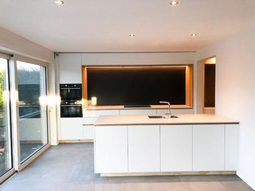 witten keuken met houtaccenten