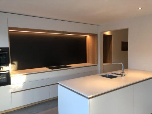 witte keuken met warme accenten