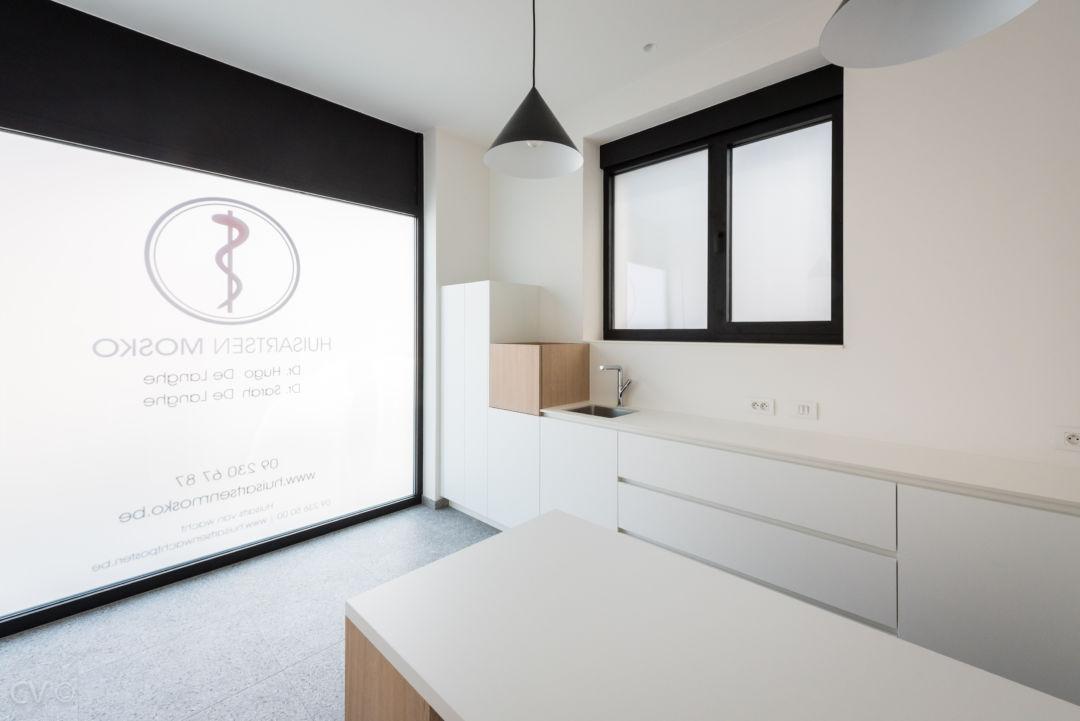 keuken in dokterspraktijk uit laminaat en eikfineer