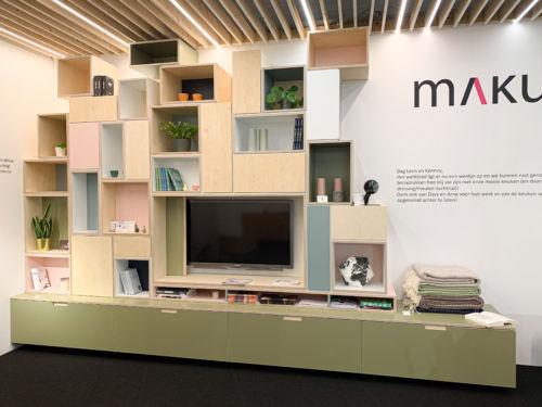 tv-meubel uit berken multiplex met kleuren