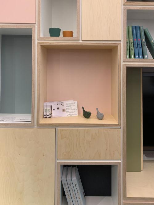 gedetailleerd nisje in het roze van het tv-meubel met vogeltjes