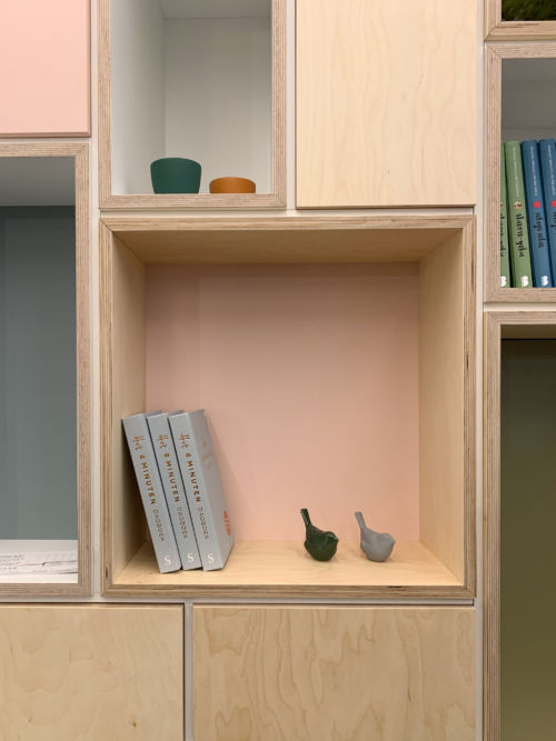 gedetailleerd nisje in het roze van het tv-meubel