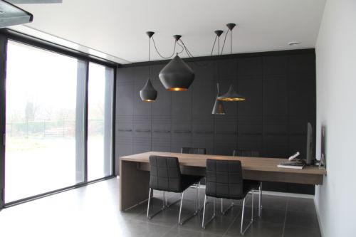 bureau met zwarte kastenwand