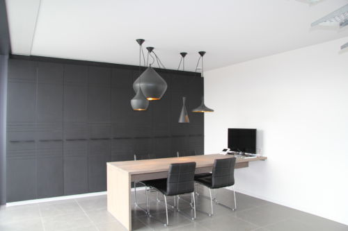 zwarte kastenwand met bureau