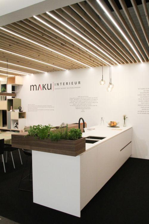keuken met toog uit fineer en witte laminaat
