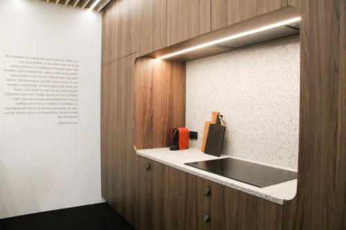 keuken in notelaar fineer met terrazzo werkblad