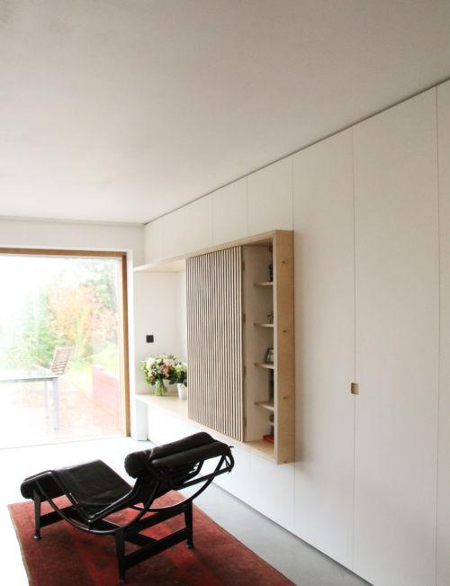 maatmeubelen uit plywood met witte laminaat afgewerkt