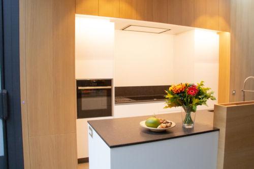 keuken uit eik fineer met witte accenten