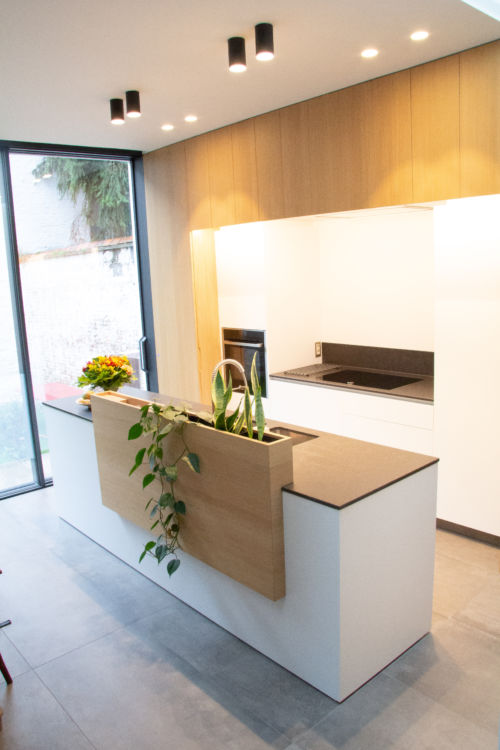 keuken uit eik fineer, witte laminaat en composieten werkblad met kruidenbak
