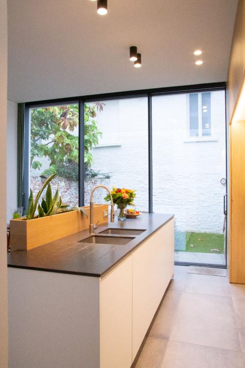 keuken met composieten werkblad en eik fineer