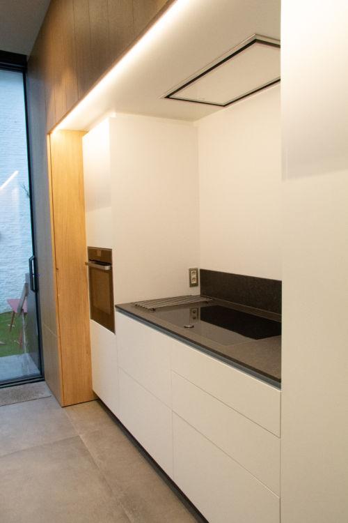 witte keuken met eik fineer accenten
