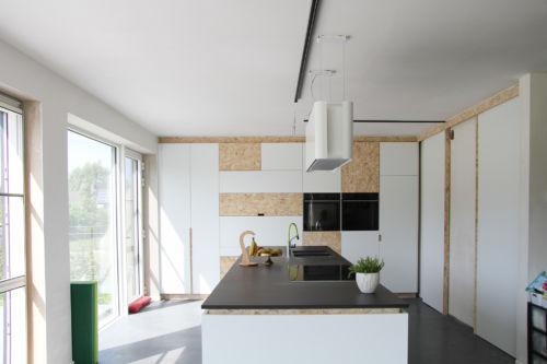 witte keuken met osb accenten