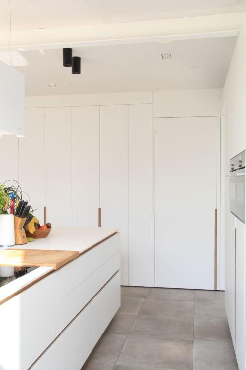 greeplijsten als bambooaccenten in witte keuken