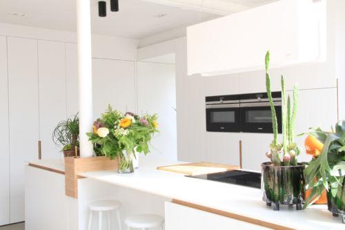 keuken met witte laminaat en bamboo accenten