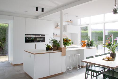 witte keuken met bamboo accenten