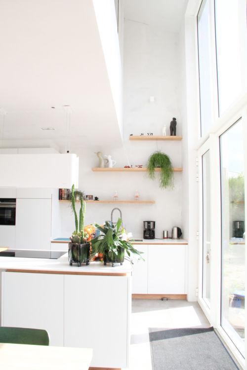 keuken met legplanken als bamboo accenten