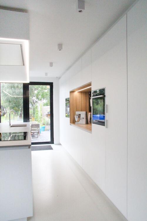 Witte keuken met houtstructuur