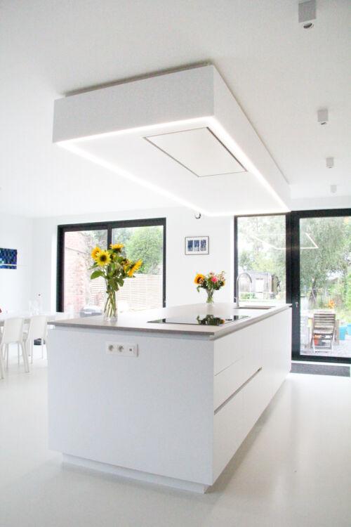 Strakke witte keuken met dekton werkblad