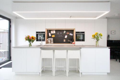 Strakke keuken met laminaat houtstructuur