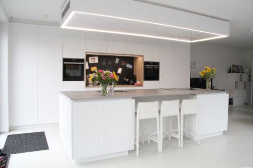 Strakke witte keuken met krijtbord