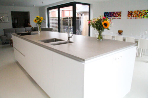 Witte keuken met grijze dekton