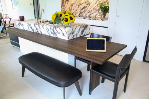tafel uit donkere fineer