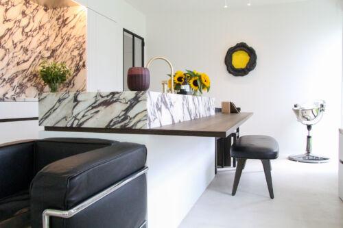 witte keuken gecombineerd met marmer en donkere fineer