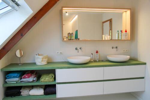 groene mortex met wit badkamermeubel