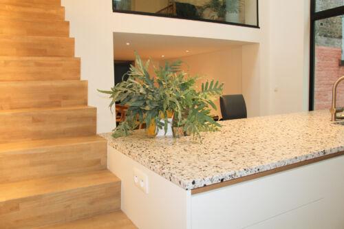 keuken met terrazzo werkblad en fineer accenten