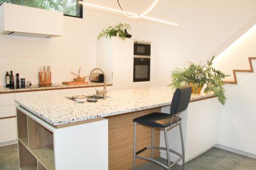 witte keuken met terrazzo