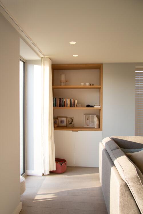 woonkamerkast afgewerkt met laminaat en eik fineer