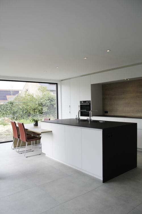 strakke keuken met zwart en houten accenten