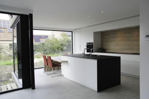 zwart dekton werkblad in strakke keuken