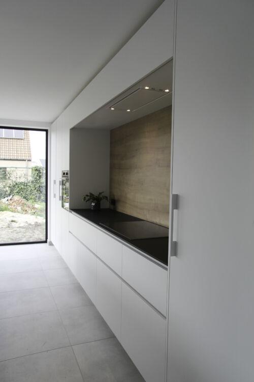 witte strakke keuken met houten accent