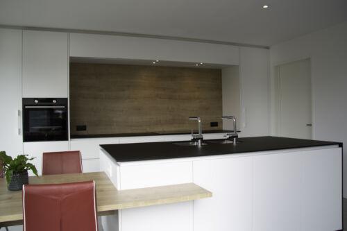 houten accenten in strakke keuken