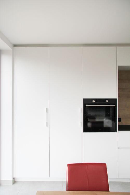 witte laminaat in strakke keuken