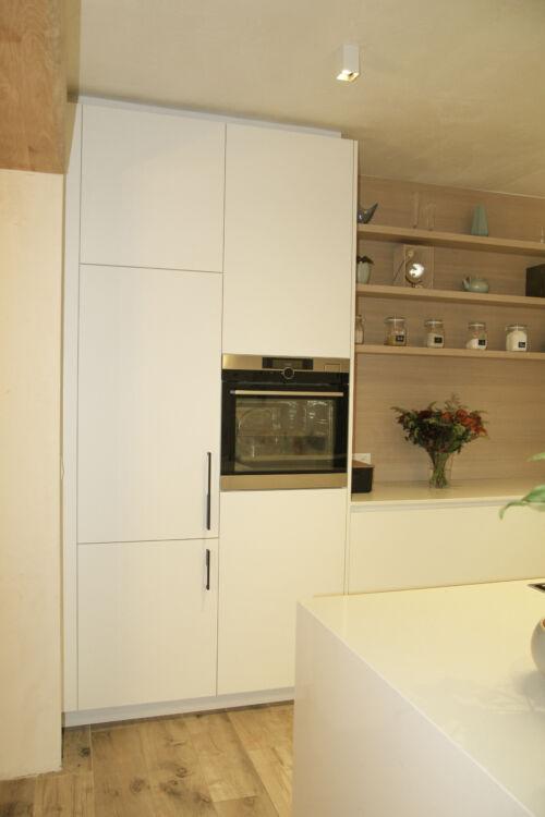 witte laminaten keuken met warme details